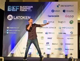 Foto de Mr. Santos presentando Woonkly en el Blockchain Economic