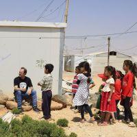 Melodía por una sonrisa _Juan Valdivia con los niños refugiados en Jordania
