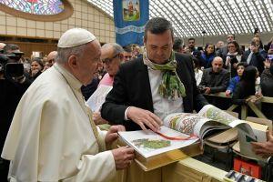 El Papa Francisco recibe el primer ejemplar de la Biblia de Wiedmann