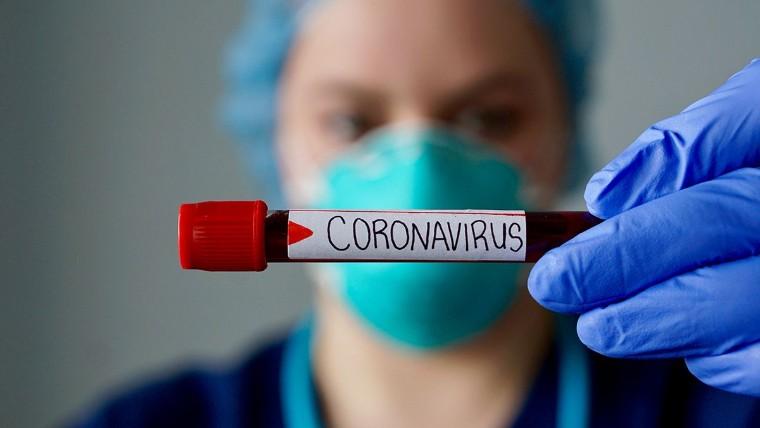 Foto de Una enfermera sujeta un resultado positivo de Covid-19
